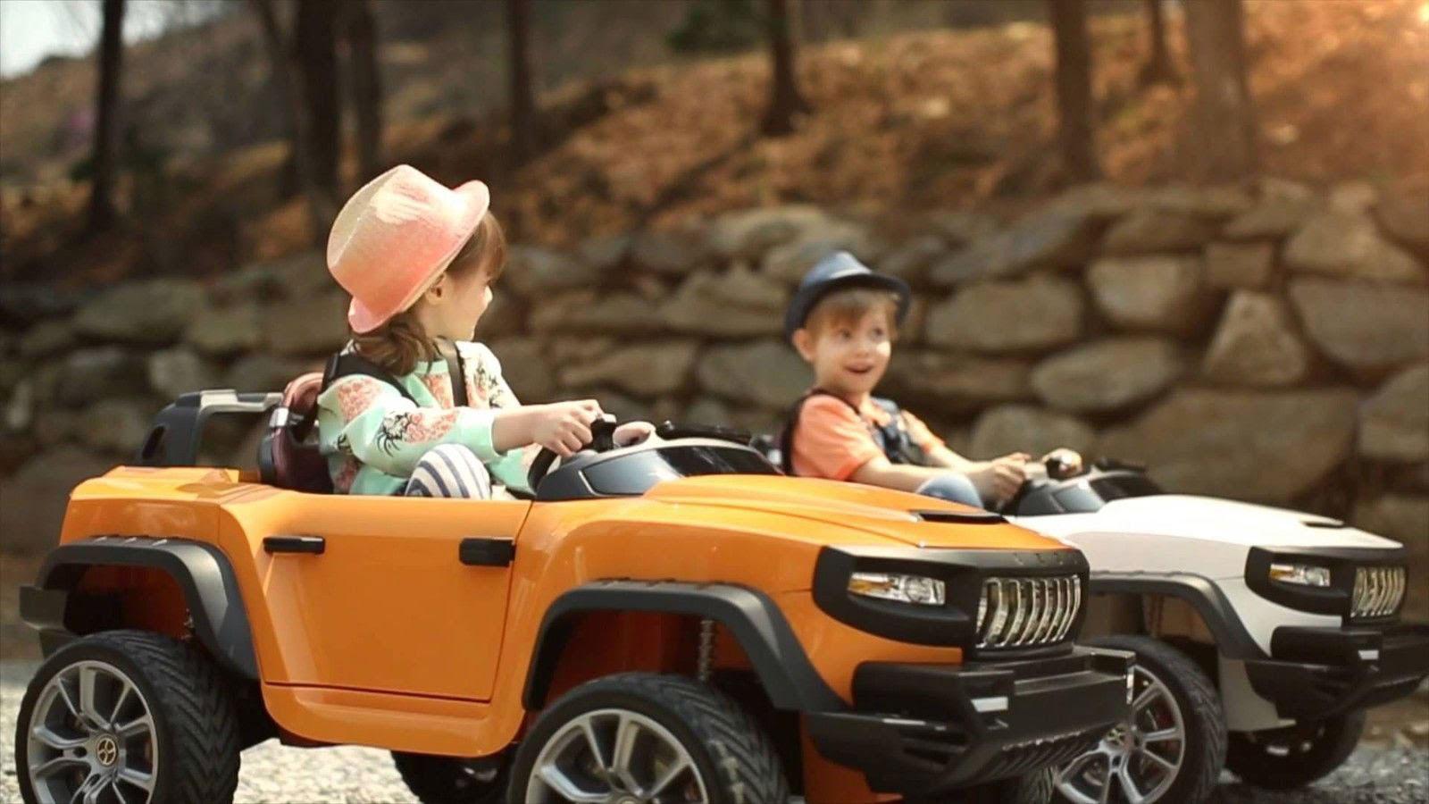 کودکان در حال بازی با ماشین شارژی